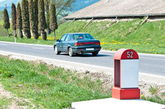 Meilenstein auf einer Landschaftsstraße Stockfoto