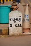 Nullmeilenstein bei Khajuraho, Parlamentarier Indien stockbild