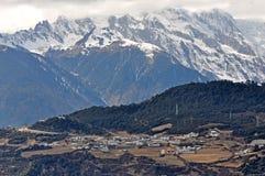 Meili雪山和村庄 免版税库存照片