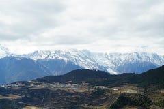 Meili雪山和村庄 免版税库存图片
