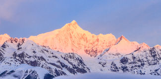 Meili snöberg i första soluppgång Shangri-La Royaltyfria Foton