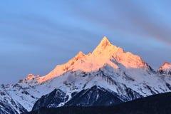 Meili snöberg i Shangri-La Arkivbilder