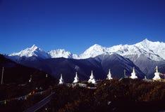 Meili snöberg med det vita tornet royaltyfria bilder