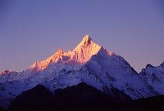 Meili snöberg på soluppgång arkivbild