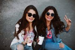 Meilleur ami ayant l'amusement sur le toit, freaking ensemble, chemises florales lumineuses de port, vestes de denim et reflété Image libre de droits