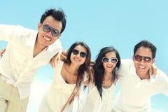 Meilleur ami dans blanc ayant l'amusement riant ensemble à la plage Photographie stock libre de droits