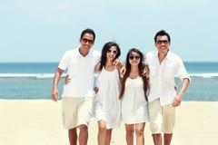 Meilleur ami dans blanc ayant l'amusement riant ensemble à la plage Photo stock