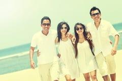 Meilleur ami dans blanc ayant l'amusement riant ensemble à la plage Image libre de droits