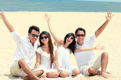 Meilleur ami dans blanc ayant l'amusement riant ensemble à la plage Photos stock