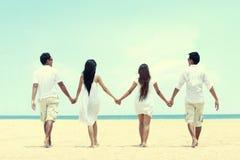 Meilleur ami dans le blanc marchant ensemble se tenant main Photos libres de droits