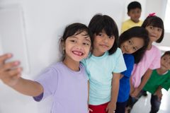 Meilleur ami de petits enfants prenant le selfie Photo libre de droits
