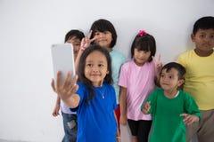 Meilleur ami de petits enfants prenant le selfie Photos libres de droits