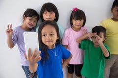 Meilleur ami de petits enfants prenant le selfie Images libres de droits