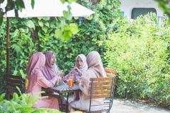 Meilleur ami s'asseyant ensemble dans un café Photo libre de droits