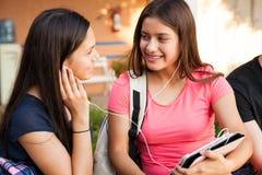 Meilleurs amis écoutant la musique Image stock