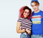 Meilleurs amis adolescente et garçon ayant ensemble l'amusement, pose émotive sur le fond blanc, sourire heureux de couples Photographie stock libre de droits