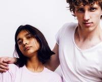 Meilleurs amis adolescente et garçon ayant ensemble l'amusement, pose émotive sur le fond blanc, sourire heureux de couples Photographie stock