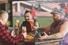 Meilleurs amis appréciant la bière anglaise froide Images libres de droits
