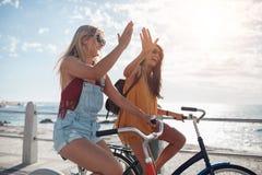 Meilleurs amis appréciant montant des bicyclettes Photographie stock