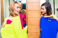Meilleurs amis asiatiques faisant des emplettes dans le magasin de mode Image stock