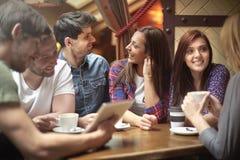 Meilleurs amis au café Photo libre de droits