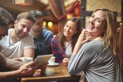 Meilleurs amis au café Image libre de droits