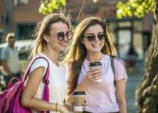 Meilleurs amis avec des tasses de café Photo libre de droits