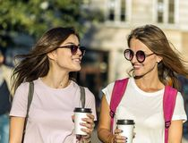Meilleurs amis avec des tasses de café Images libres de droits