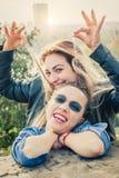 Meilleurs amis ayant l'amusement dehors Photos libres de droits