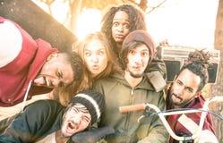Meilleurs amis ayant l'amusement prenant le selfie au concours de parc de patin de bmx Photos stock