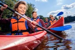 Meilleurs amis ayant l'amusement sur kayaks Photos libres de droits