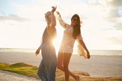 Meilleurs amis ayant l'amusement sur la plage Photographie stock libre de droits