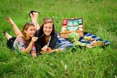 Meilleurs amis ayant un pique-nique Photo stock