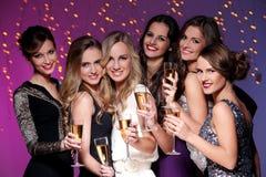 Meilleurs amis ayant une partie de nouvelle année Photographie stock libre de droits