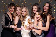 Meilleurs amis ayant une partie de nouvelle année Images libres de droits