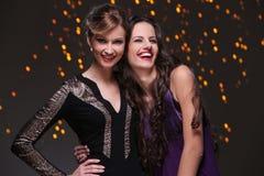 Meilleurs amis ayant une partie de nouvelle année ensemble Images libres de droits