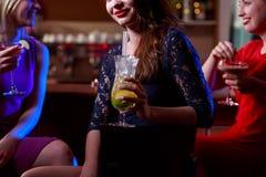 Meilleurs amis buvant dans le bar Photos stock