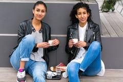 Meilleurs amis buvant du café dans la ville Photographie stock libre de droits