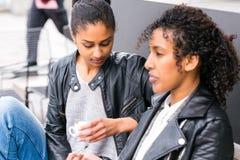 Meilleurs amis buvant du café dans la ville Image libre de droits