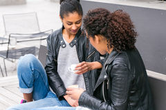 Meilleurs amis buvant du café dans la ville Images libres de droits