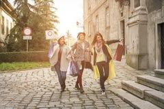 Meilleurs amis courant sur la rue Jeune meilleur fri femelle Images libres de droits