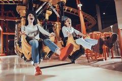 Meilleurs amis criant pour la crainte en parc d'attractions Photographie stock