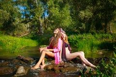 Meilleurs amis détendant sur la rivière Photo libre de droits