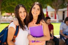 Meilleurs amis dans l'université Images libres de droits
