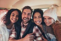 Meilleurs amis dans le fourgon prenant le selfie Photo stock