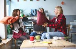Meilleurs amis dans un café Photo libre de droits