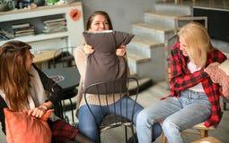 Meilleurs amis dans un café Photos libres de droits