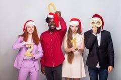 Meilleurs amis de bonheur montrant le numéro 2018 à l'appareil-photo Photo libre de droits