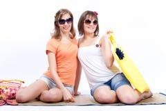 Meilleurs amis de femmes d'été à un arrière-plan blanc. Image stock