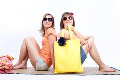 Meilleurs amis de femmes d'été à un arrière-plan blanc. Photographie stock